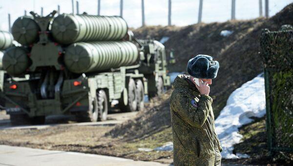 Военнослужащий во время несения боевого дежурства зенитными ракетными дивизионами