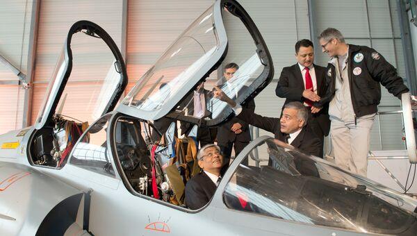 Посол Индии во Франции Арун Сингх сидит в кабине истребителя Rafale. Архивное фото