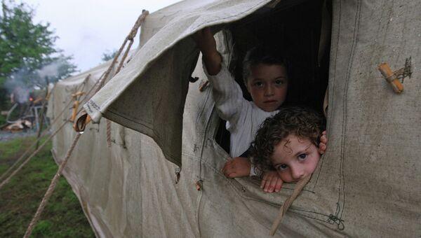 Беженцы из Цхинвали в лагере, расположенном на базе сельхозтехники в городе Алагир
