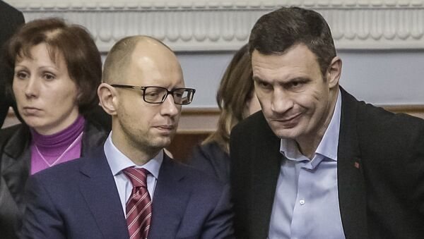 Премьер-министр Украины Арсений Яценюк (слева) и лидер партии УДАР Виталий Кличко