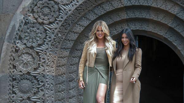 Американская модель, актриса Ким Кардашьян и ее сестра Хлоя во время памятных мероприятий в Ереване