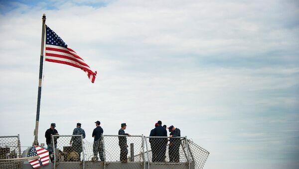 Моряки на корме американского эсминца класса Арли Берк. Архивное фото