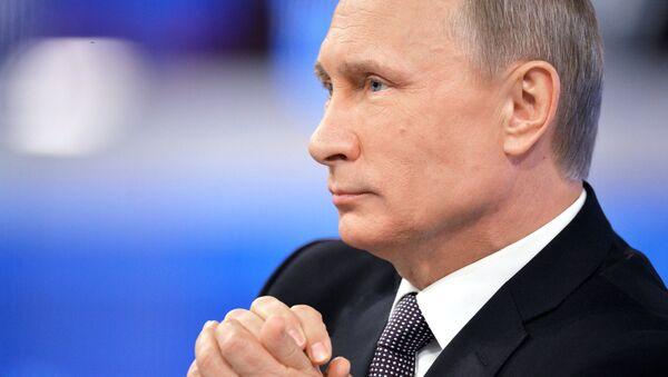 Президент России Владимир Путин в основной студии московского Гостиного двора во время ежегодной специальной программы Прямая линия с Владимиром Путиным