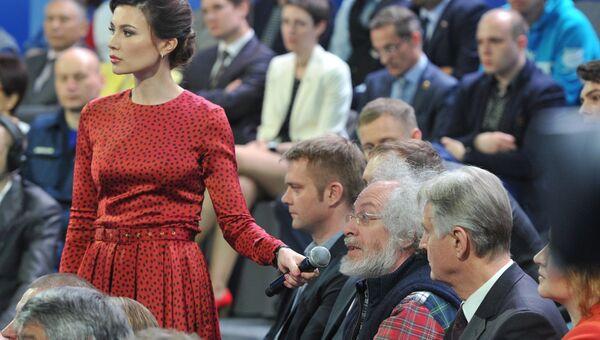 Алексей Венедиктов задает вопрос во время прямого эфира программы Прямая линия с Владимиром Путиным