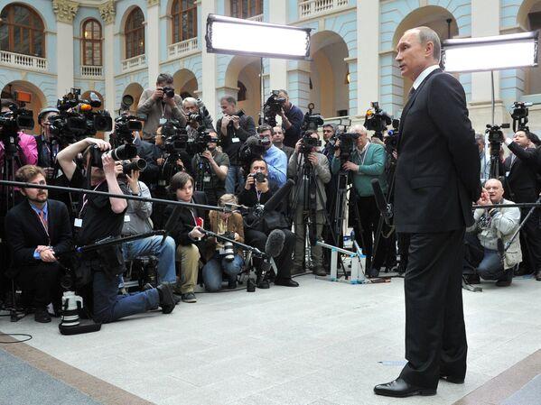 Президент России Владимир Путин отвечает на вопросы журналистов после окончания прямой линии