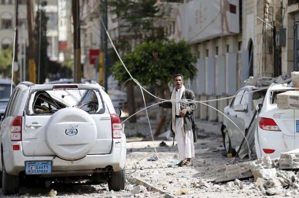 Последствия авиаудара коалиции арабских стран во главе с Саудовской Аравией по ракетной базе в столице Йемена