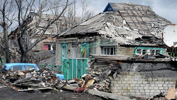 Разрушенный в результате обстрелов дом в поселке Никишино Донецкой области. Архивное фото
