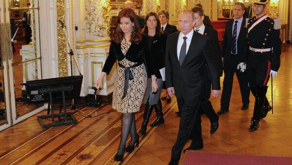 Президент Аргентины Кристина Фернандес де Киршнер и Президент России Владимир Путин во время прогулки по дворцу Каса Росада в Буэнос-Айресе