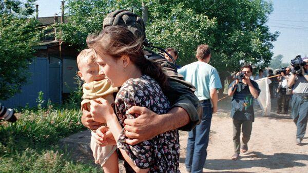 Мать с ребенком после освобождения из буденновской больницы. Архивное фото