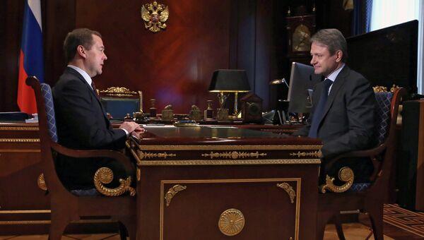 Председатель правительства РФ Дмитрий Медведев (слева) и министр сельского хозяйства РФ Александр Ткачев во время встречи в подмосковной резиденции Горки