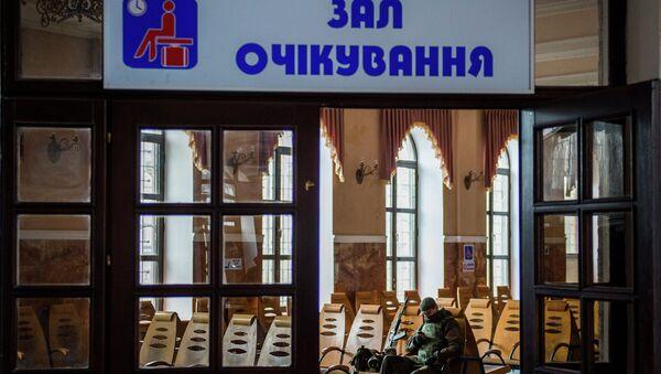 Ополченец ДНР в зале ожидания железнодорожного вокзала в Дебальцево. Архивное фото