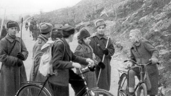 Бойцы Красной Армии и жители Киркенеса. Освобождение Северной Норвегии. 1944 год