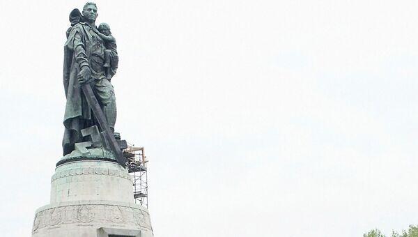 У Мемориала в Трептов парке в Берлине. Архивное фото