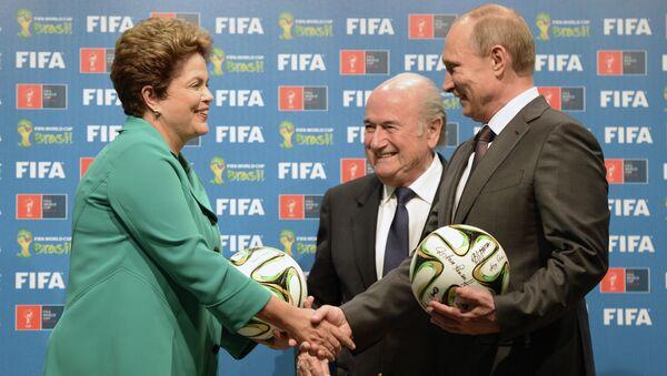 Президент России Владимир Путин, президент Международной федерации футбола (ФИФА) Йозеф Блаттер и президент Бразилии Дилма Роуссефф (справа налево)