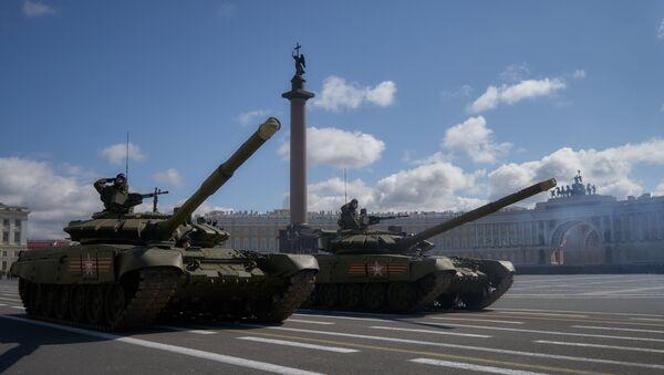 Танки Т-90 А во время репетиции парада Победы на Дворцовой площади в Санкт-Петербурге. Архивное фото