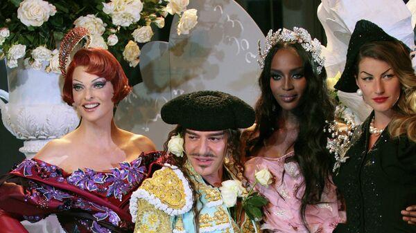 Британский дизайнер Джон Гальяно,  Канадская топ-модель итальянского происхождения Линда Евангелиста, британская модель Наоми Кэмпбелл и бразильская модель Жизель Бундхен во время показа в Париже, 2007 год