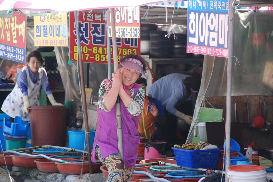 На рынке морепродуктов рады любому посетителю