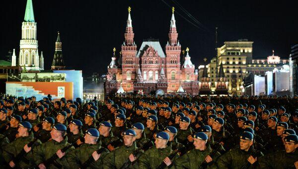 Военнослужащие проходят по Красной площади во время репетиции военного парада в Москве в ознаменование 70-летия Победы в Великой Отечественной войне. Архивное фото