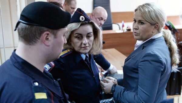 Сотрудники правоохранительных органов берут под стражу бывшую главу департамента имущественных отношений министерства обороны России Евгению Васильеву