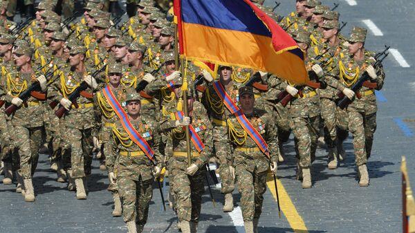 Военнослужащие Вооруженных сил Армении во время военного парада
