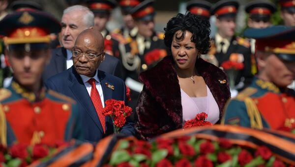 Президент Южно-Африканской Республики Джейкоб Зума с супругой на церемонии совместного возложения цветов к Могиле Неизвестного солдата в Александровском саду