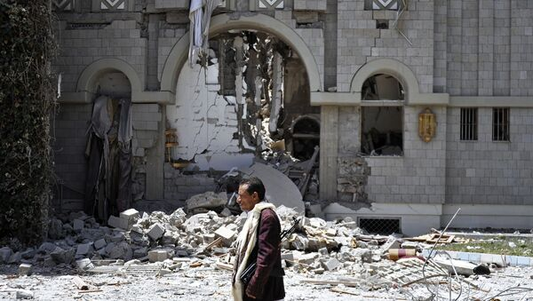 Прохожий у резиденции экс-президента Йемена Али Абдаллы Салеха, разрушенной после авиаударов ВВС арабской коалиции во главе с Саудовской Аравией, в столице Йемена Сане. архивное фото
