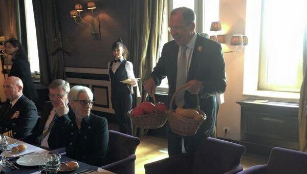 Сергей Лавров подарил Джону Керри помидоры и картошку. Архивное фото