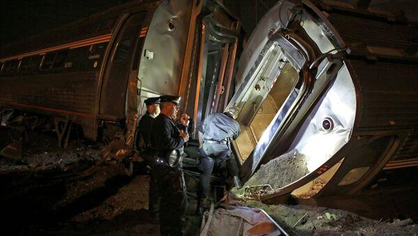 Спасатели на месте крушения пассажирского поезда Amtrak в Филадельфии
