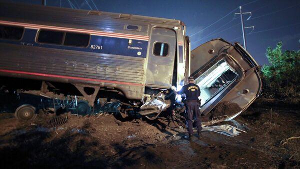 Спасатели на месте крушения пассажирского поезда Amtrak. Архивное фото