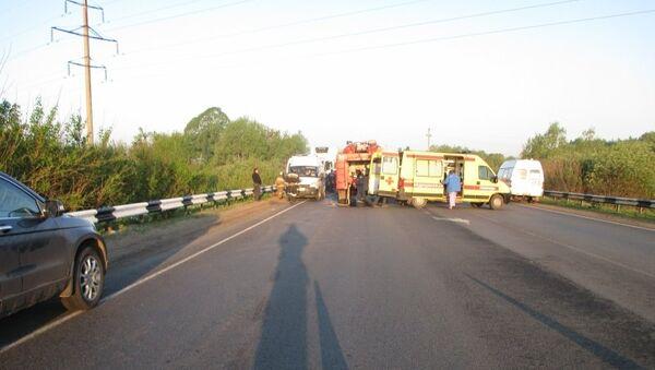 Сотрудники МЧС и ДПС на месте ДТП с автобусом, перевозившим детей из Казани, в Нижегородской области