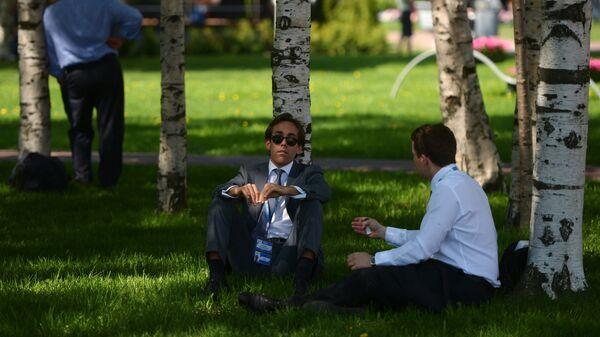 Участники XVIII Петербургского международного экономического форума отдыхают у выставочного комплекса Ленэкспо