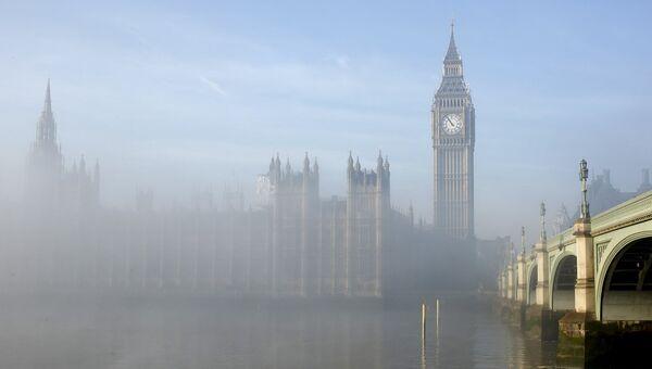 Туман вокруг здания парламента в центре Лондона, Великобритания
