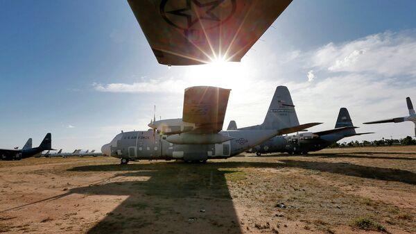 Военно-транспортные самолеты Локхид C-130 Геркулес на авиабазе ВВС США Девис-Монтен в Тусоне, Аризона