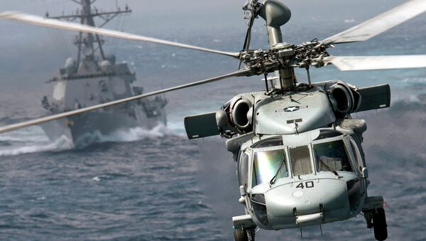 Вертолет MH-60S Knight Hawk и эскадренный миноносец USS Chafee Тихоокеанского флота ВМС США. Архивное фото