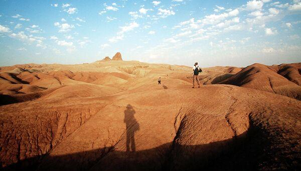 Туристы в песках Небит-Дага