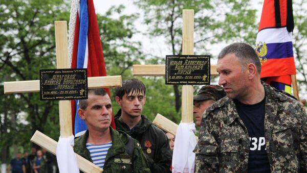 Бойцы ополчения Луганской народной республики (ЛНР) во время похорон командира 4-го батальона территориальной обороны Народной милиции ЛНР и его сослуживцев, погибших 23 мая в результате покушения