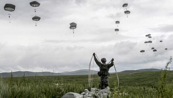 Американский десантник миротворческих сил НАТО в Косово во время учений