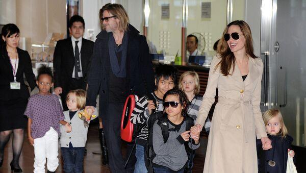 Анджелина Джоли и Бред Питт с детьми. Архивное фото