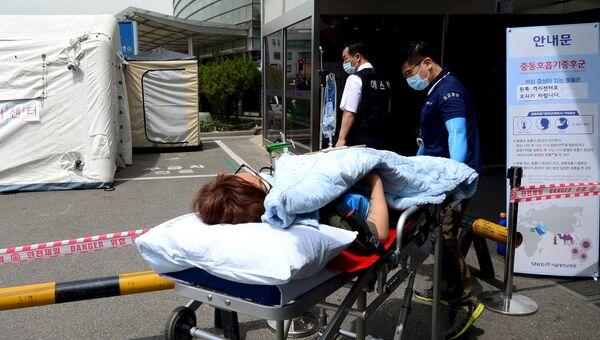 Женщина, госпитализированная с подозрением на вирус MERS. Сеул, Южная Корея