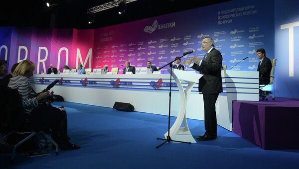 Дмитрий Рогозин во время участия в форуме технологического развития Технопром-2015 в Новосибирске