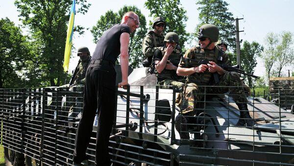 Премьер-министр Украины Арсений Яценюк общается с американскими военными во время совместных учений. Архивное фото