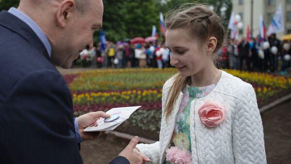Торжественное вручение паспортов в День России в Санкт-Петербурге