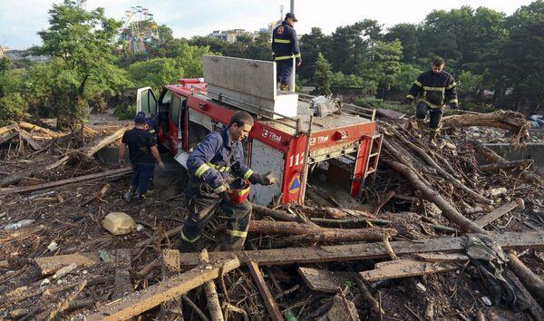 Спасатели разбирают завалы после наводнения в Тбилиси