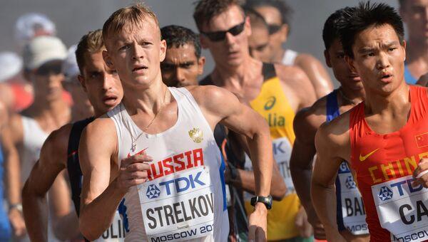 Россиянин Денис Стрелков (слева) принимает участие в соревнованиях по спортивной ходьбе. Архивное фото