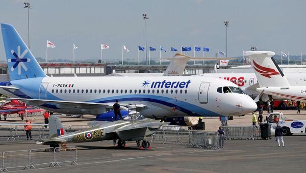 Рабочие готовят самолёт Sukhoi Superjet 100 перед открытием авиасалона в Ле Бурже