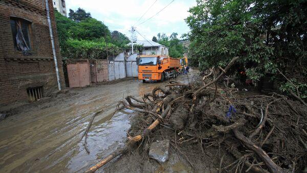 Жители на одной из улиц затопленного Тбилиси