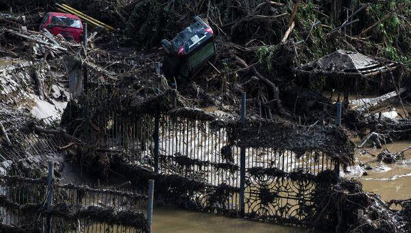Автомобили на затопленной площади зоопарка в Тбилиси. Июнь 2015