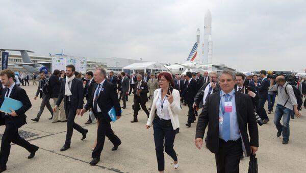 Посетители и участники на 51-м международном парижском авиасалоне Paris Air Show - Le Bourget 2015 в выставочном центре Ле Бурже во Франции