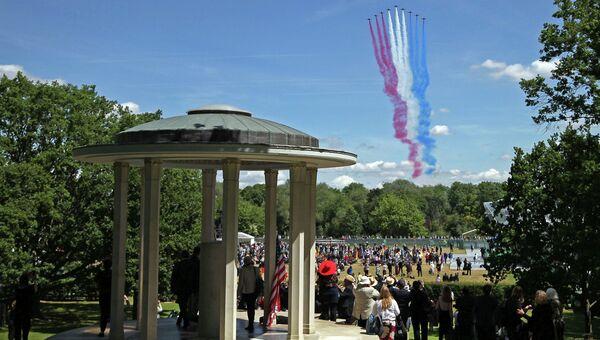 Торжественная церемония по случаю 800-летия принятия Великой хартии вольностей в графстве Суррей на берегу реки Темзы около Лондона