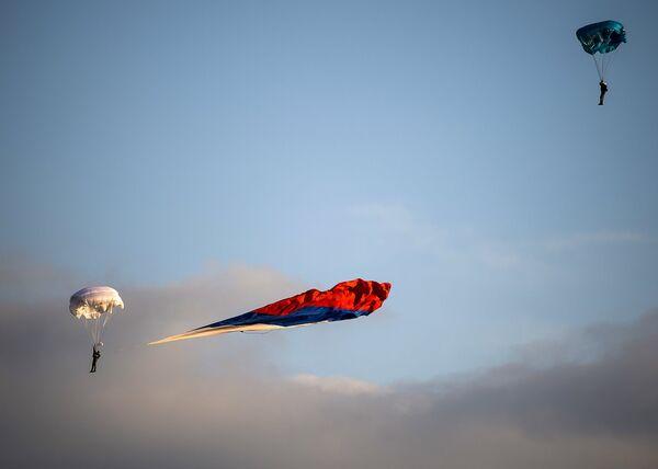Десантники спускаются на парашютах во время демонстрационной программы Международного военно-технического форума Армия-2015